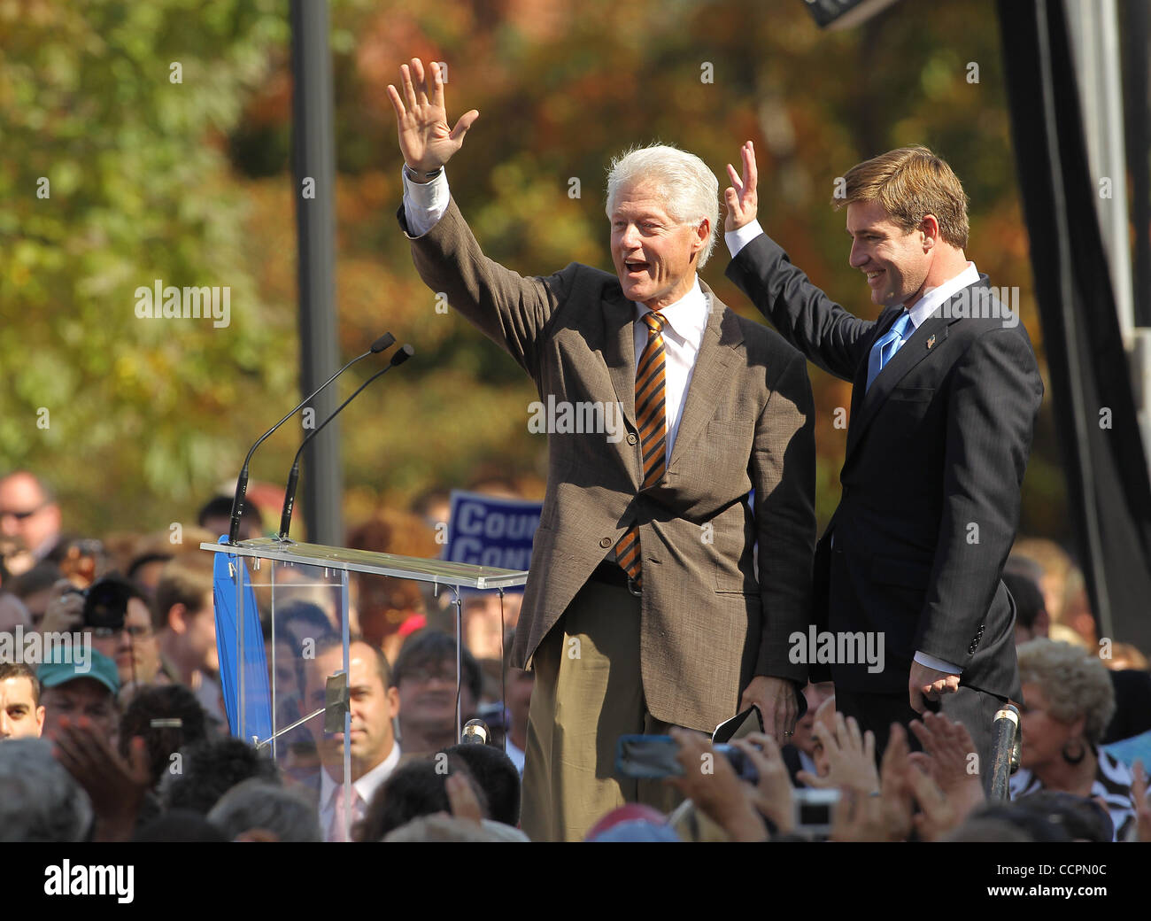 October 11, 2010 - Lexington, Kentucky, U.S. - President BILL CLINTON waves to the crowd after rallying them for - Stock Image