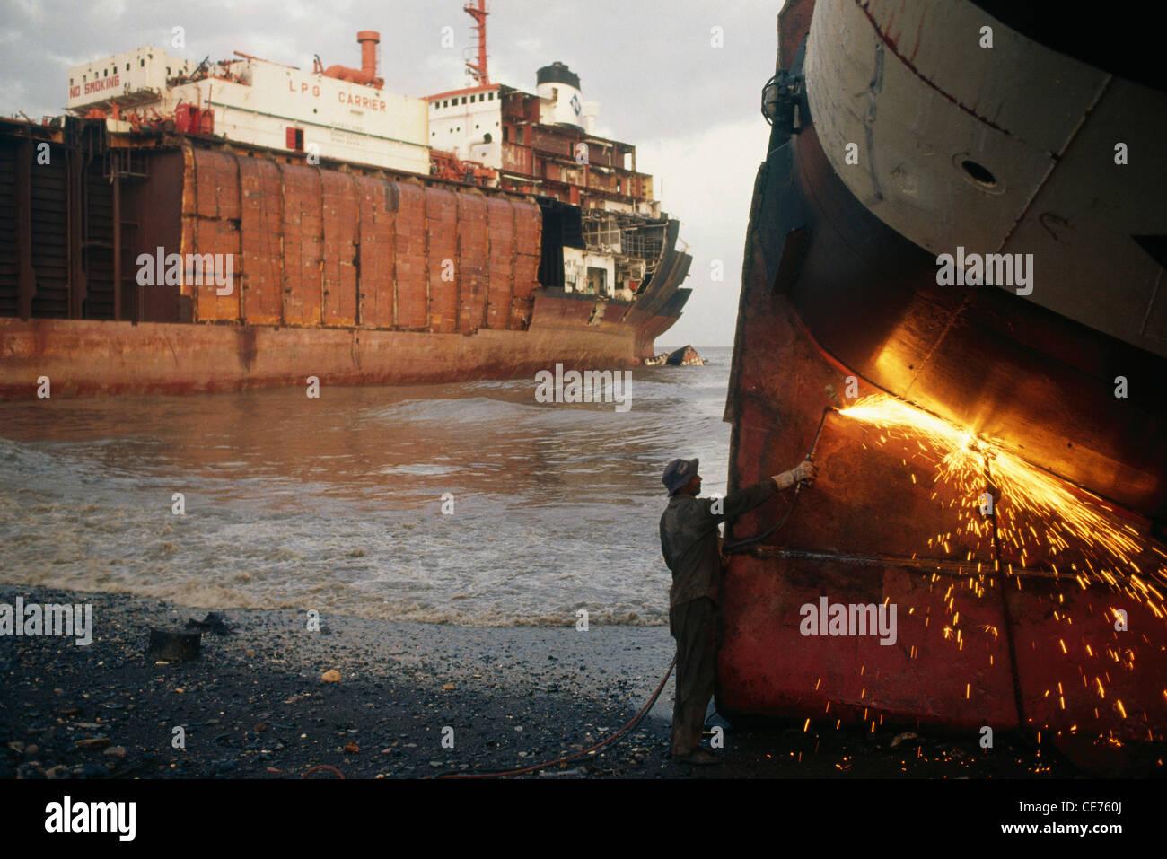 RVA 83115 : indian man gas cutting steel plate in alang ship breaking yard gujarat india Stock Photo