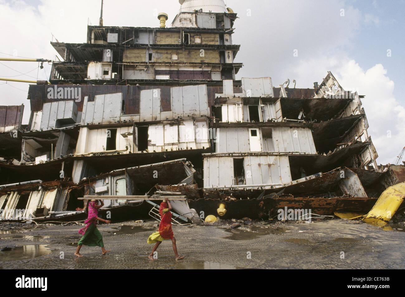 RVA 83128 : broken ship at alang ship breaking yard gujarat india Stock Photo
