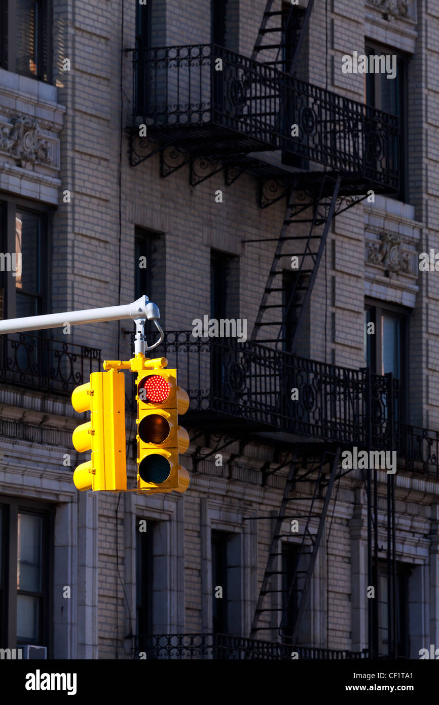 Traffic light and typical buildings in the district of Harlem, New York, United States of America - Stock Image