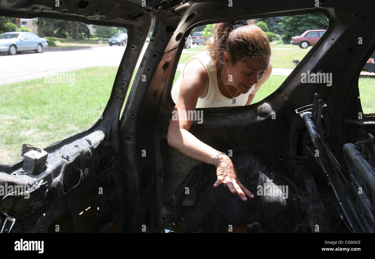 June 26, 2007 - Lauderdale, MN, USA - Lara Mac Lean looked into her totaled Honda CRV and smiled after realizing - Stock Image