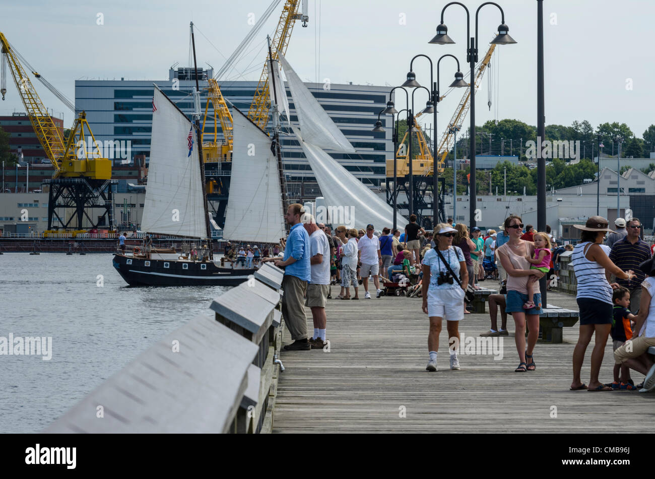 new-london-connecticut-usa-july-9-2012-crowds-gather-to-see-the-tall-CMB96J.jpg