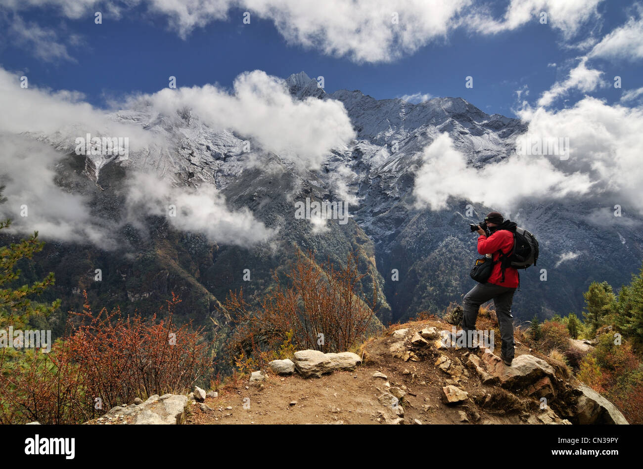 Photographer in the Himalayas on way from Namche Bazaar to Tengboche, Nepal - Stock Image