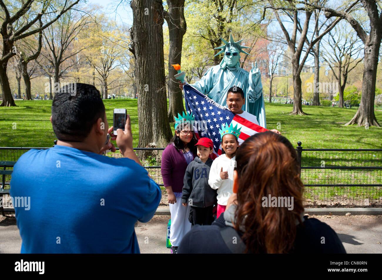 usa-new-york-city-nyc-ny-manhattan-central-park-hispanic-family-poses-CN80RN.jpg