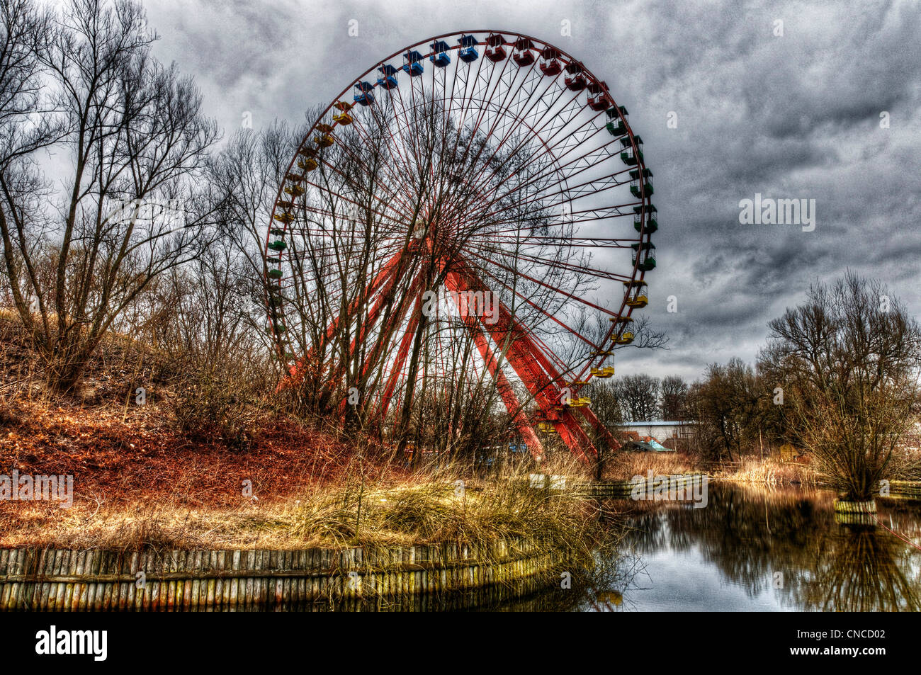 an-abandoned-big-wheel-funfair-in-treptower-park-aka-spreepark-in-CNCD02.jpg