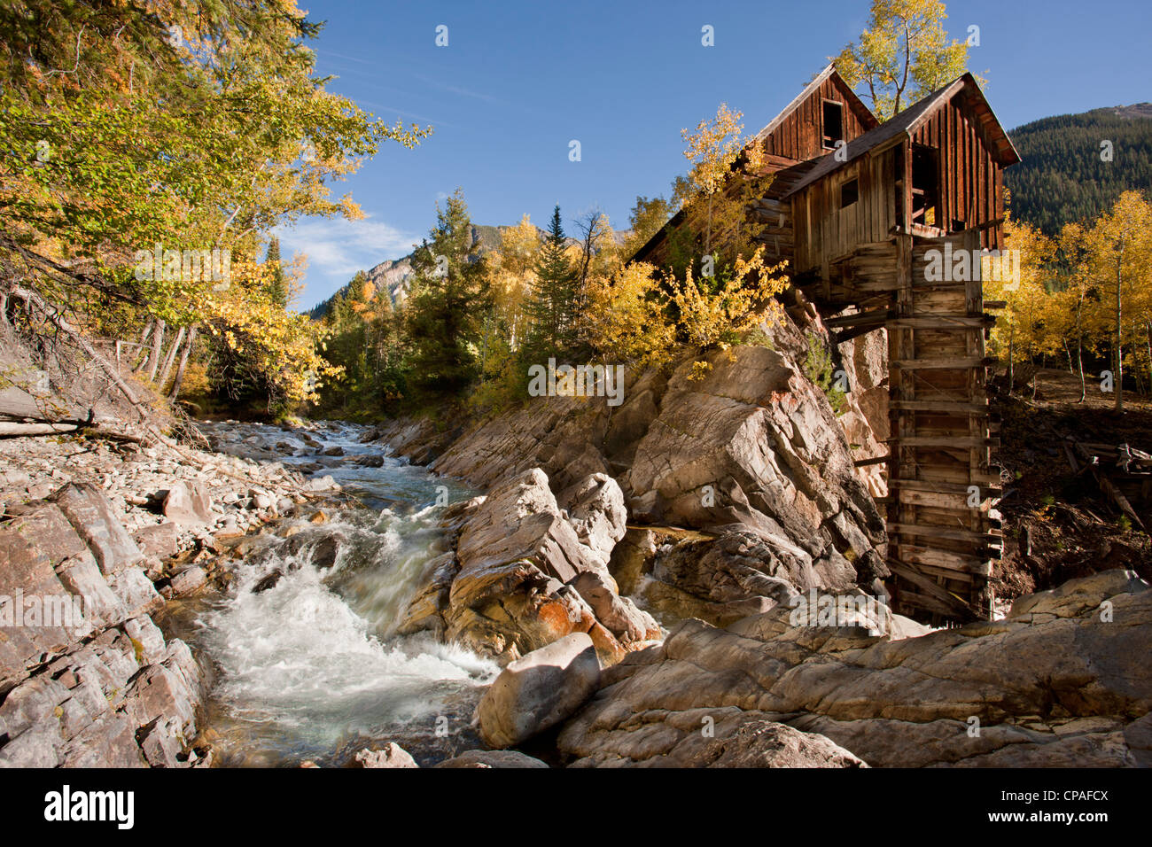 USA, Colorado, Gunnison National Forest. The landmark Crystal Mill next to the Crystal River - Stock Image