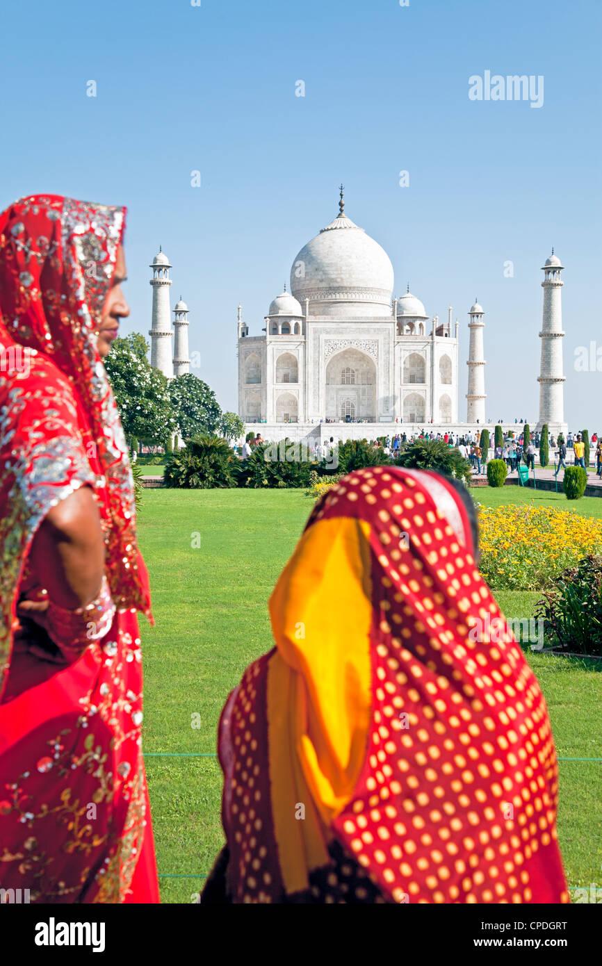 Women in colourful saris at the Taj Mahal, UNESCO World Heritage Site, Agra, Uttar Pradesh state, India, Asia - Stock Image