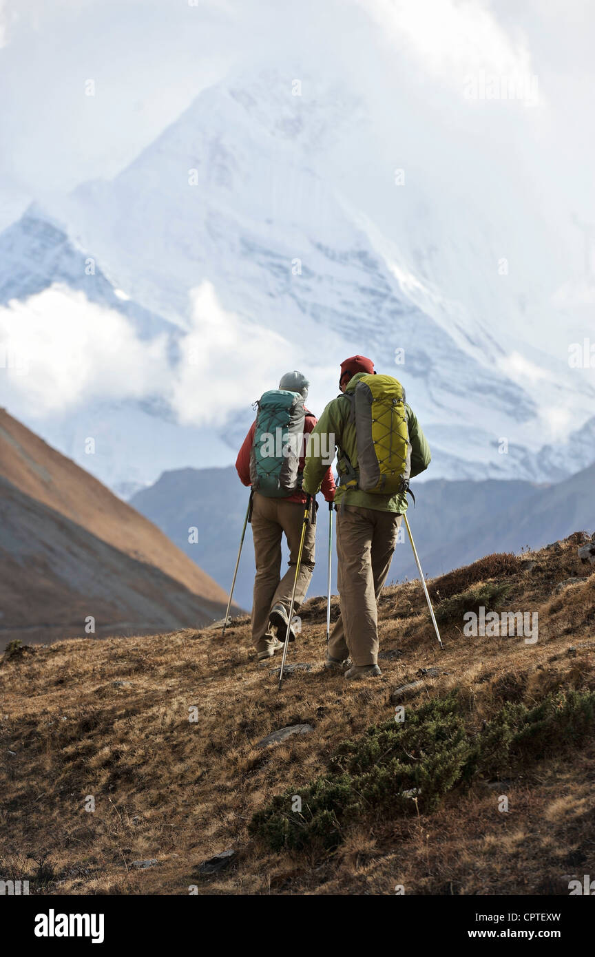 Trekker hiking a ridge in Thorung La, Nepal - Stock Image