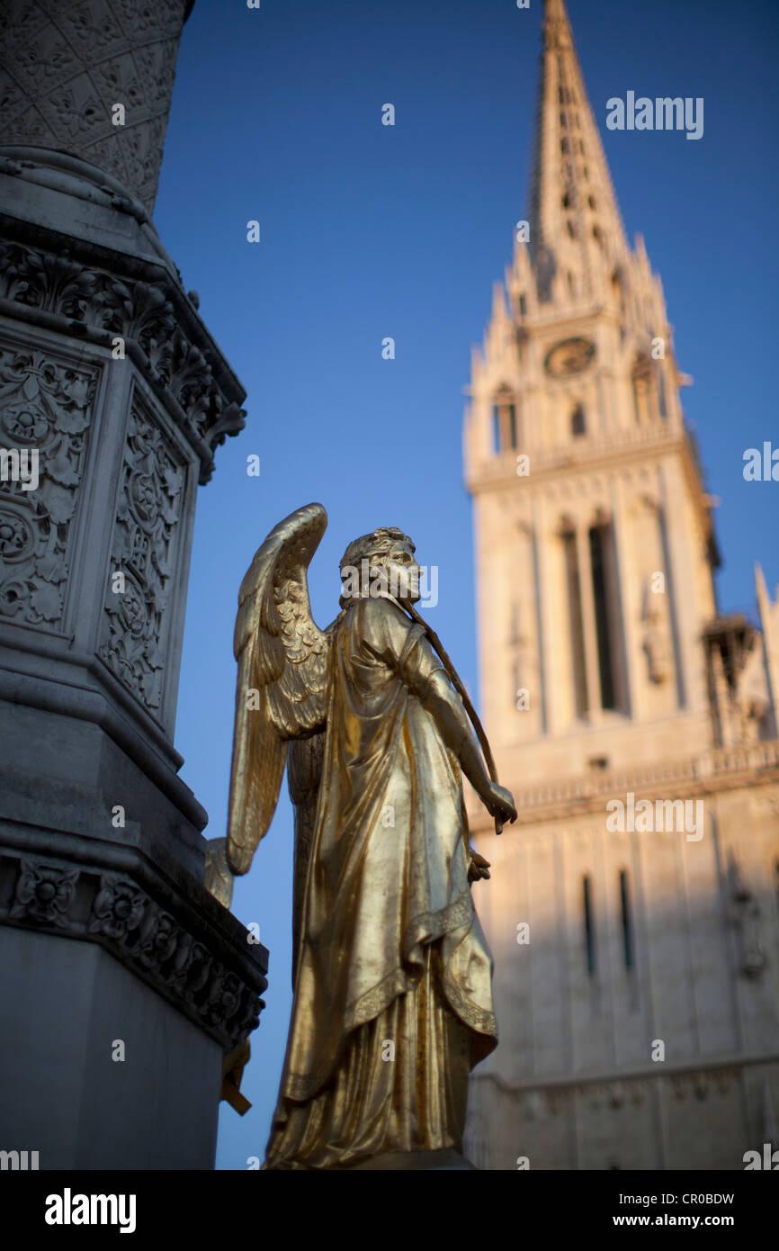 Ornate statue in town square - Stock Image
