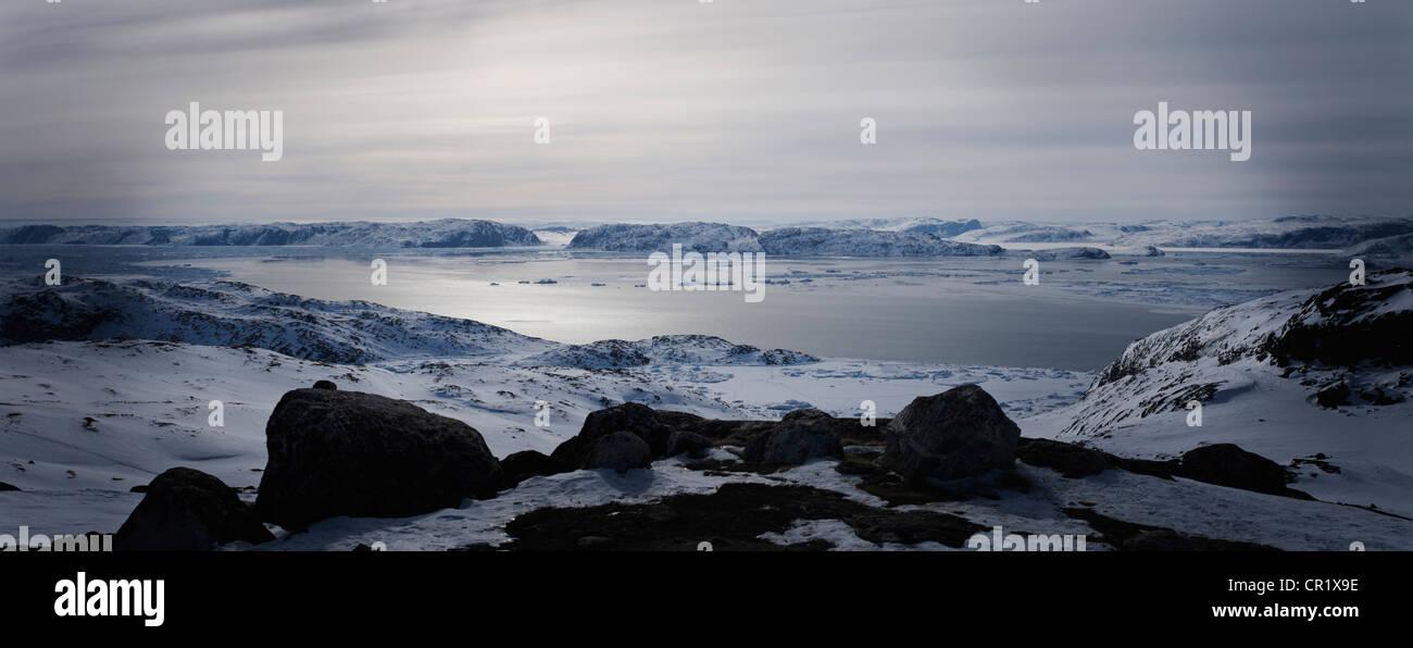 Still lake in snowy landscape - Stock Image