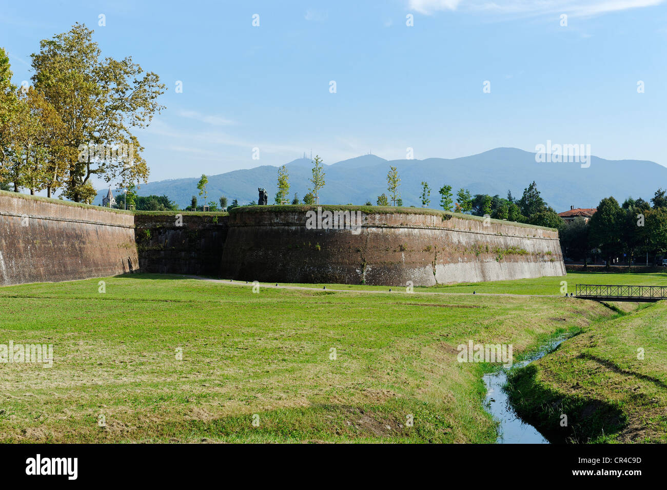 Western city walls at the Porta Vittorio Emanuele, Lucca, Tuscany, Italy, Europe - Stock Image