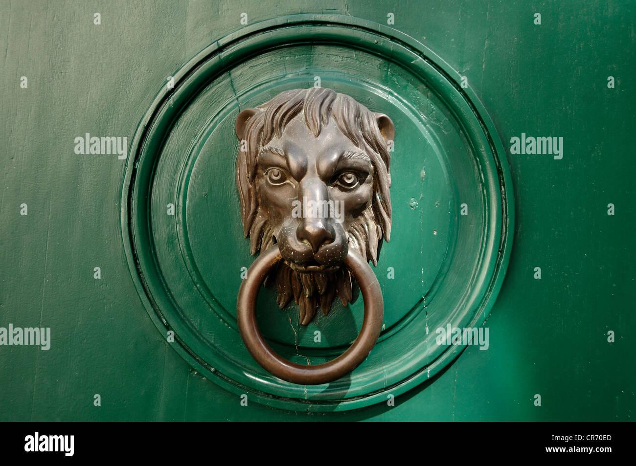 Lion's head, door knocker on a wealthy town house, Gruenangergasse street 1, Vienna, Austria, Europe - Stock Image