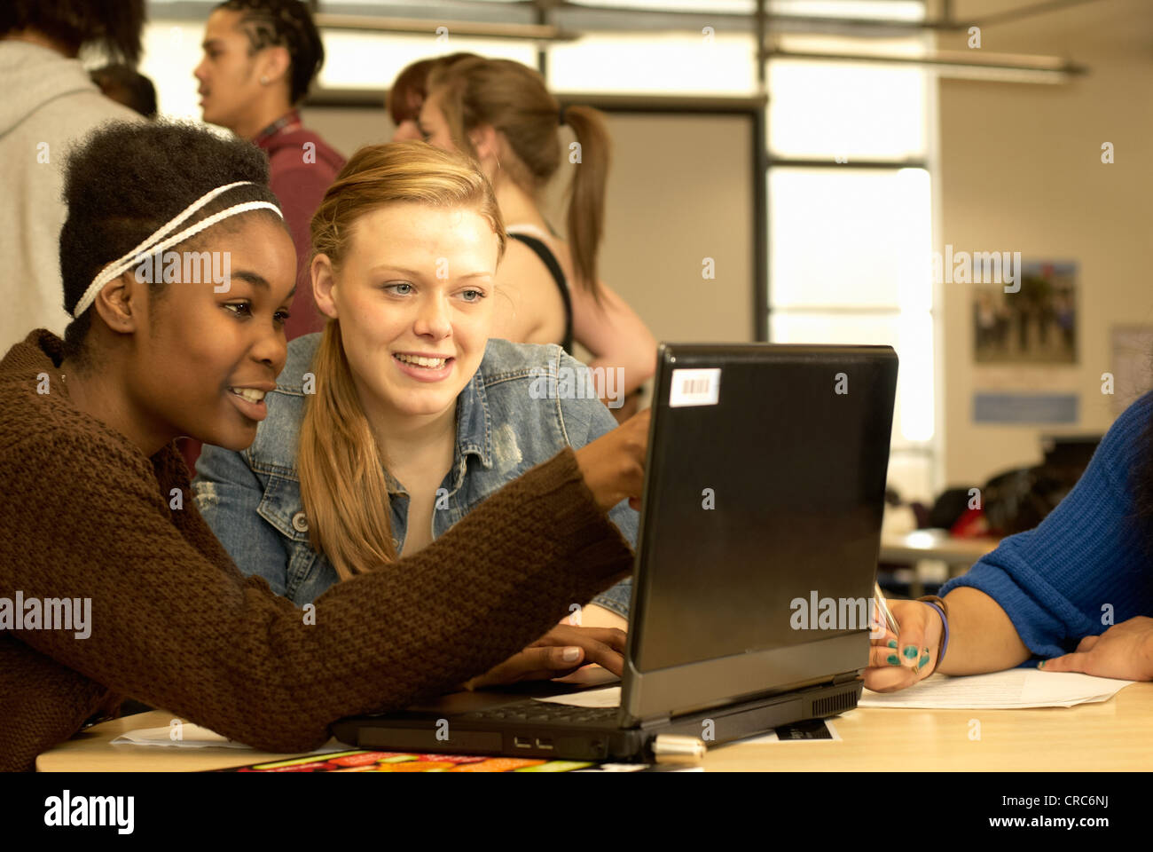 Students working together in library - Stock Image