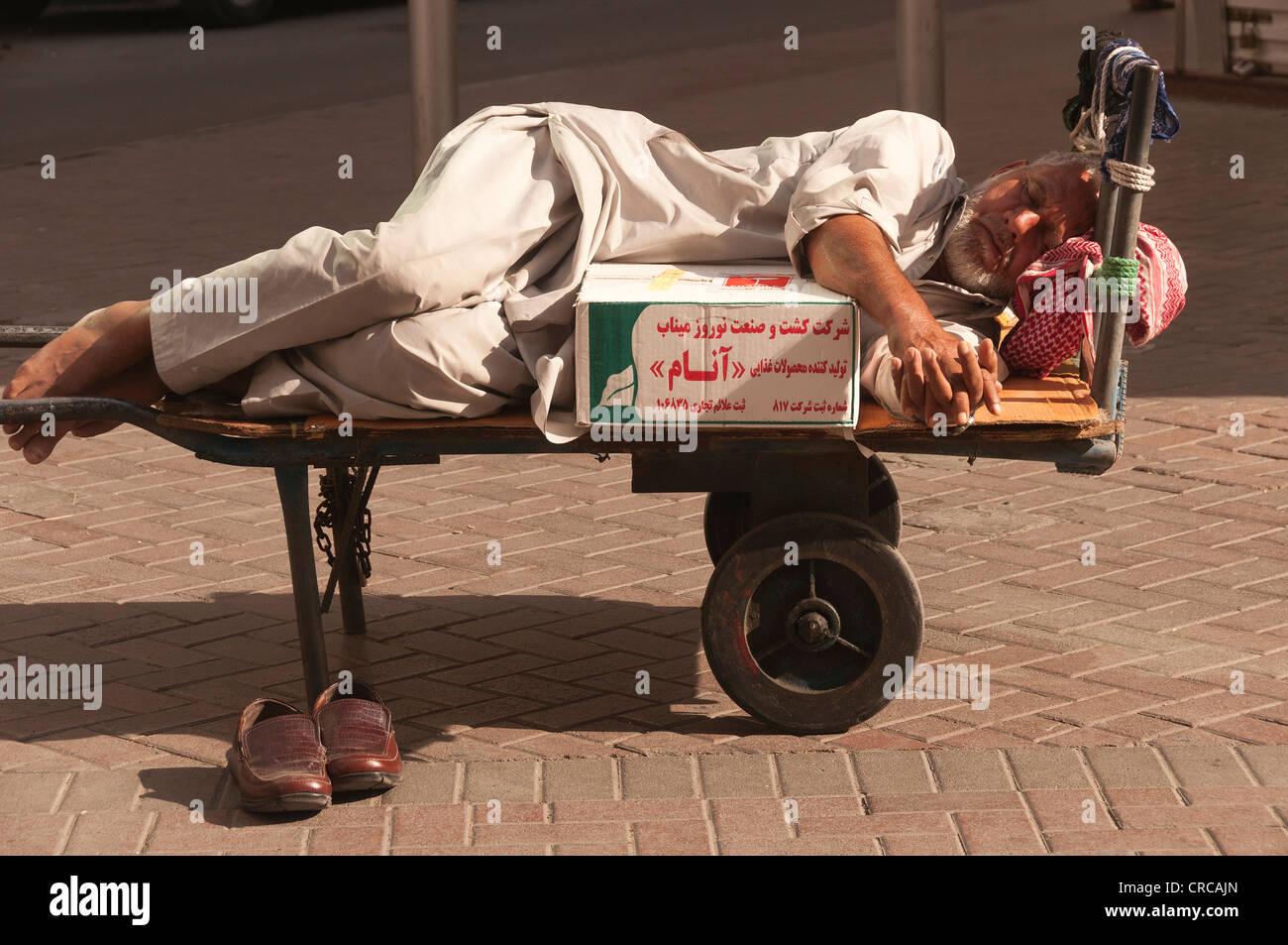 Elk206-2342 United Arab Emirates, Dubai, souk porter sleeping on cart