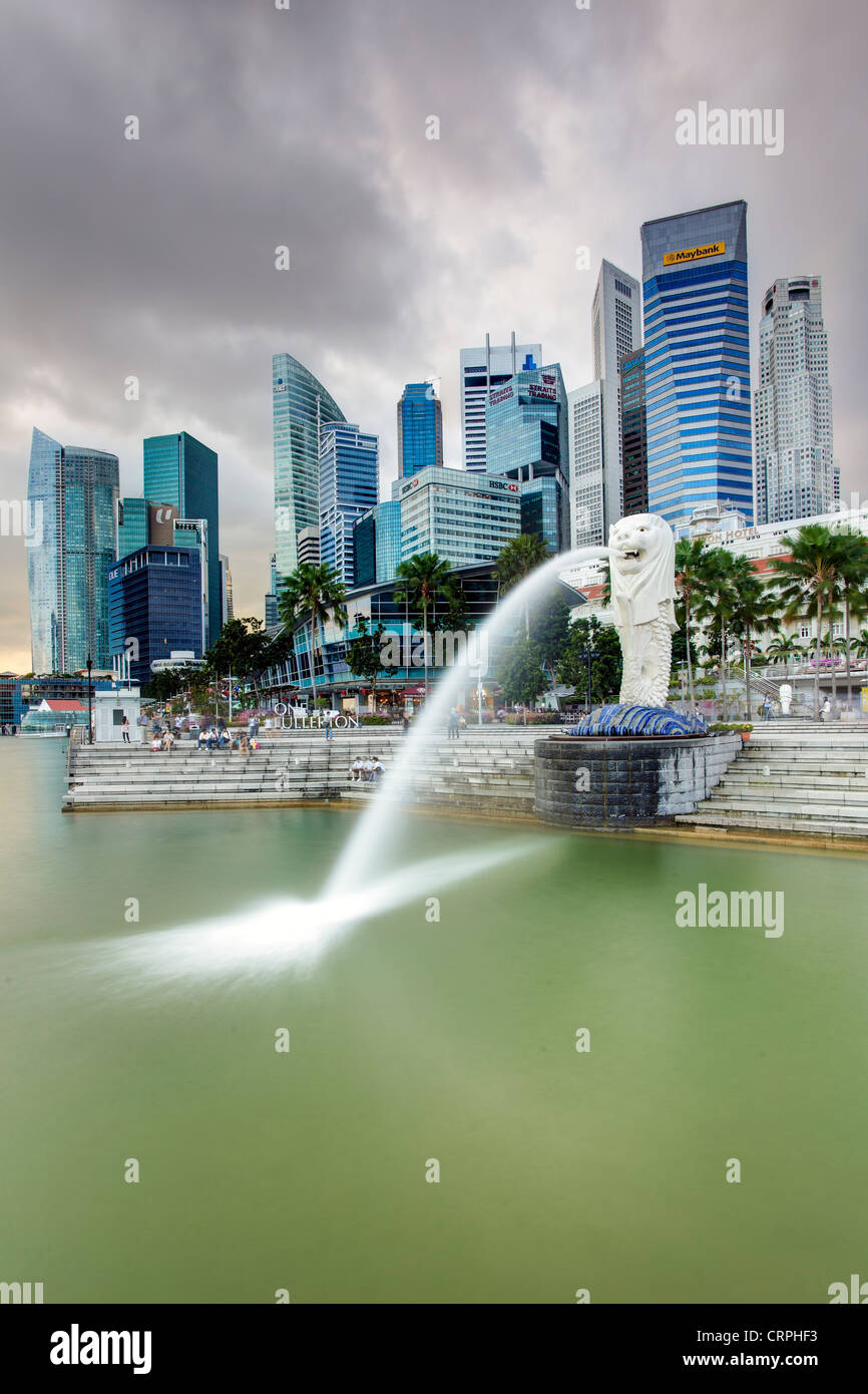 The Merlion Statue with the City Skyline in the background, Marina Bay, Singapore, South East Asia - Stock Image