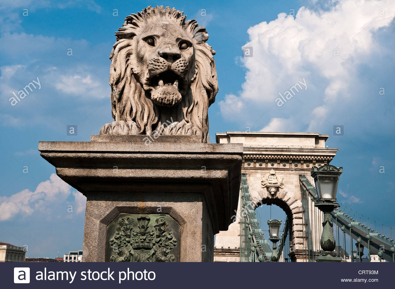 Statue of the guardian lion with the Széchenyi Chain Bridge in the background, Budapest, Hungary - Stock Image