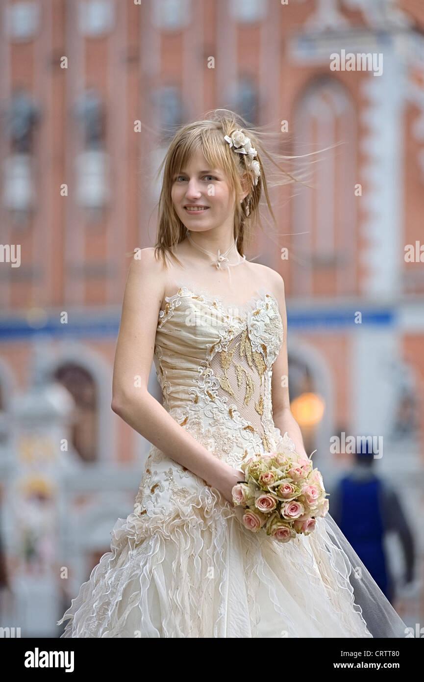 Bride with cream-colour rose bouquet - Stock Image