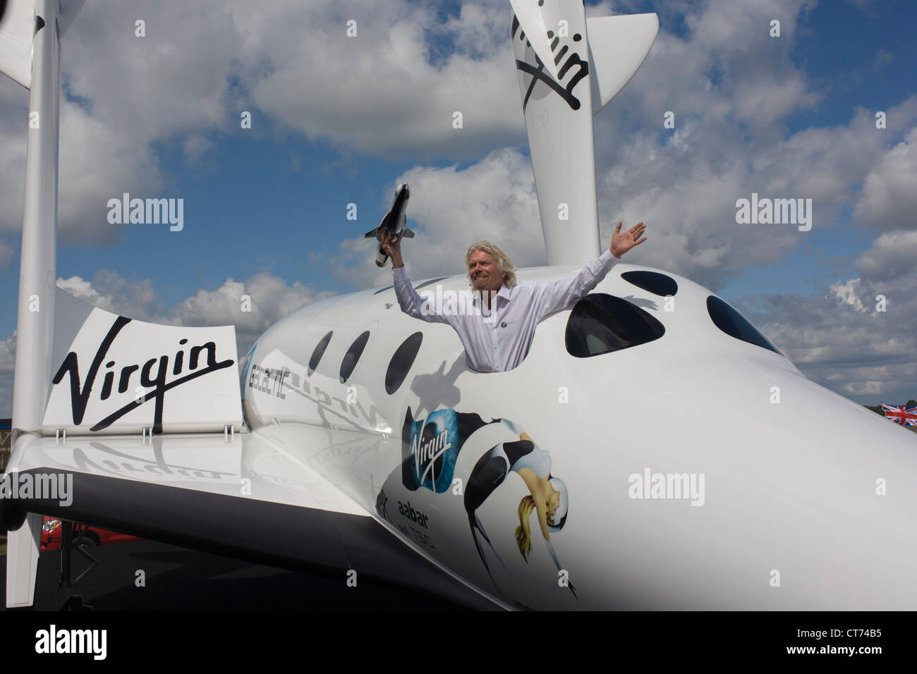 alongside-his-spaceshiptwo-vehicle-richa