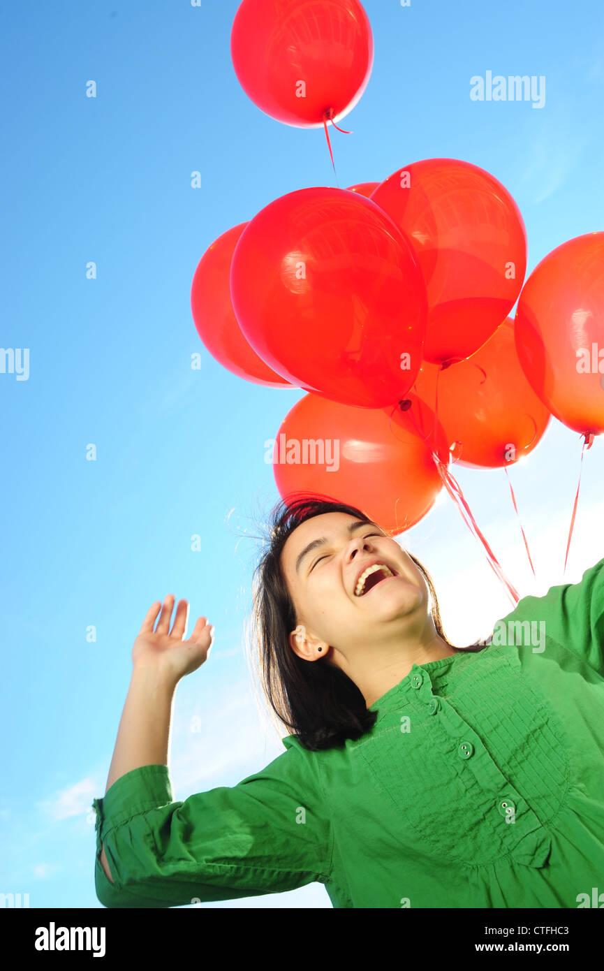 Азия-американский подросток-девочка-хэппи-холдинг-красные шары-CTFHC3.jpg