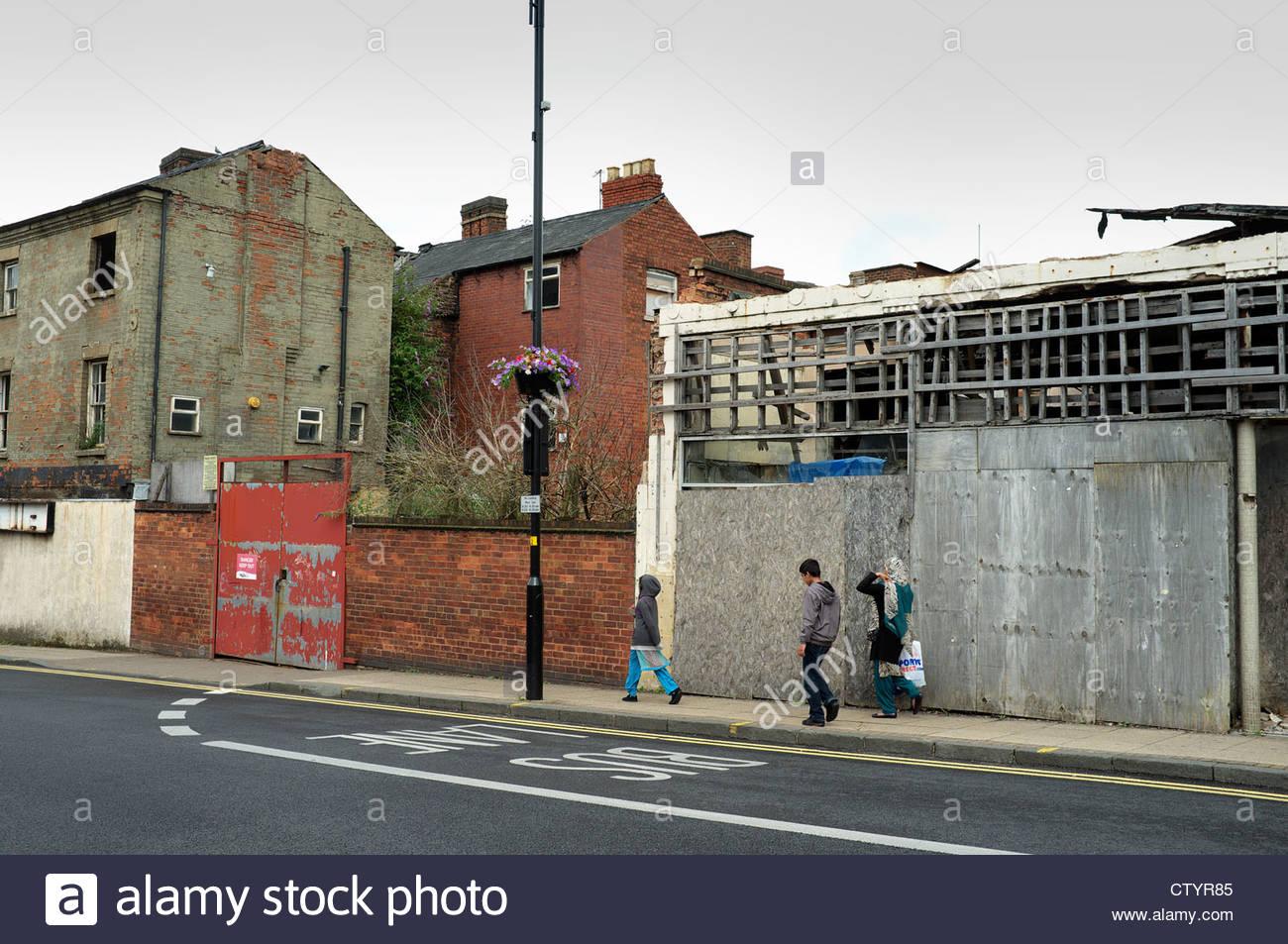 rundown-area-of-inner-city-wolverhampton-cleveland-street-uk-CTYR85.jpg