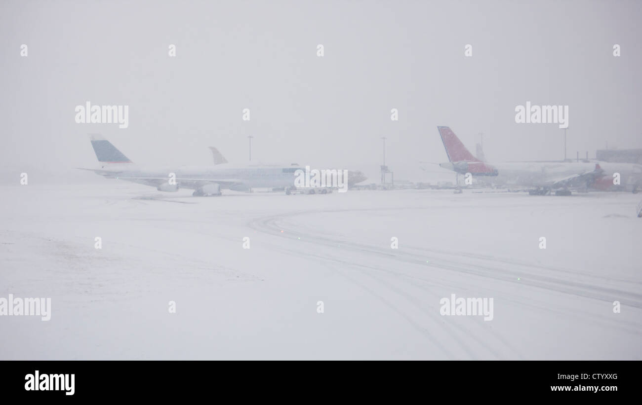 Airplanes on snowy runway - Stock Image