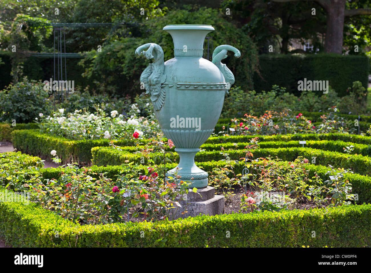 Decorative Garden Urns Stock Photos & Decorative Garden Urns Stock ...