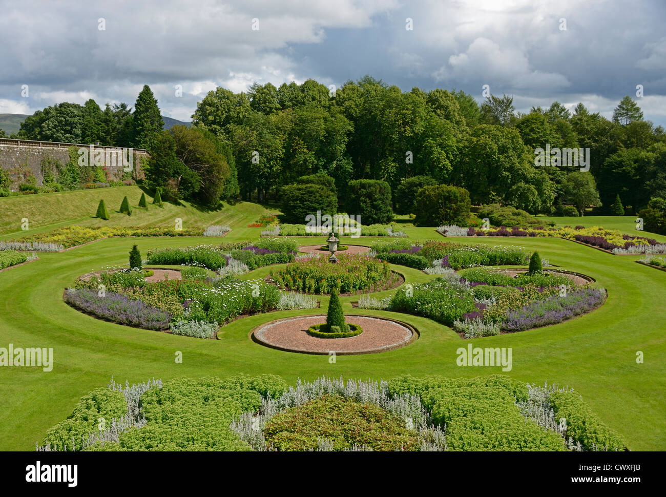 drumlanrig-castle-garden-queensberry-estate-dumfries-and-galloway-CWXFJB.jpg