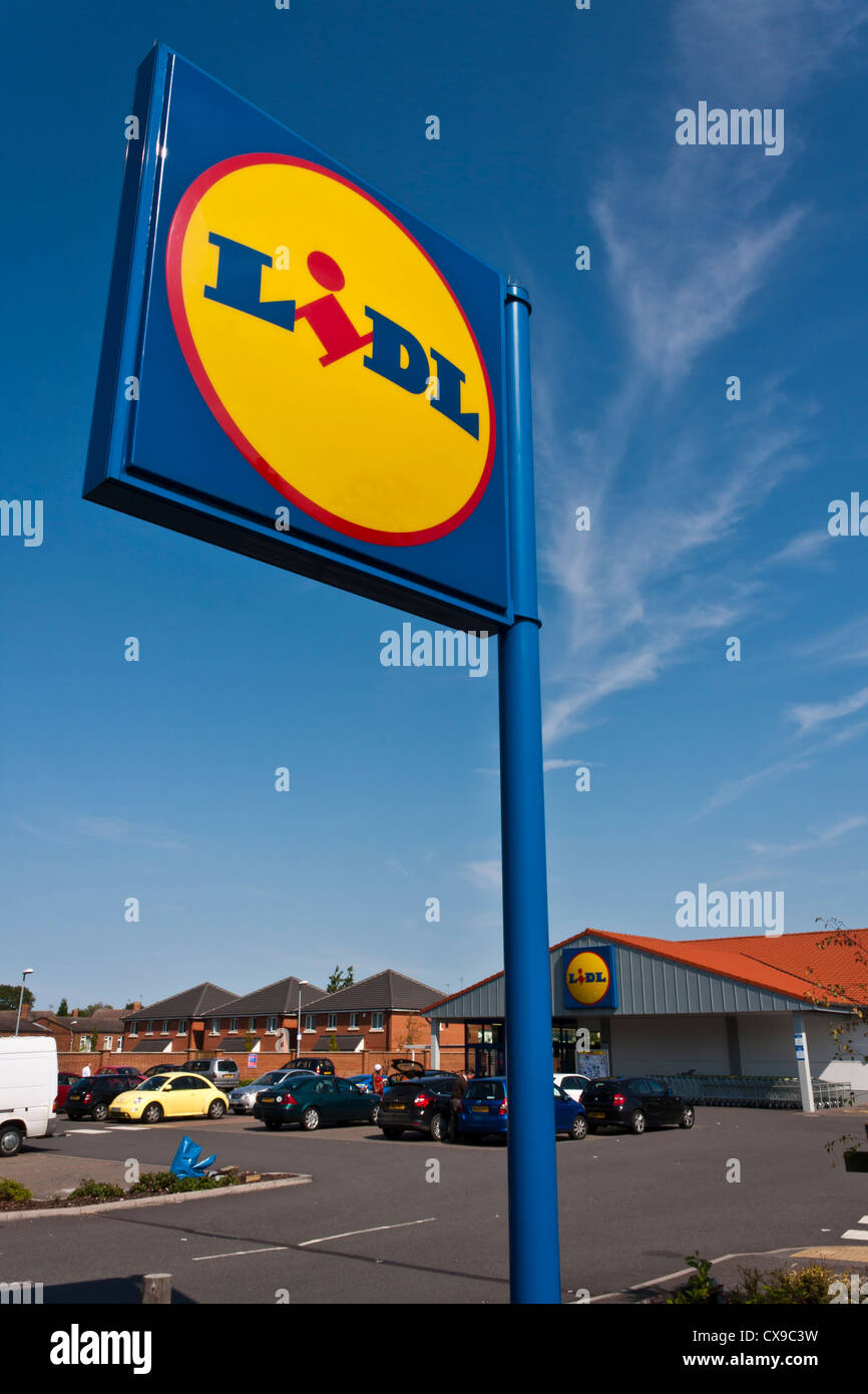 Lidl supermarket sign, Reading, Berkshire, England, GB, UK Stock Photo