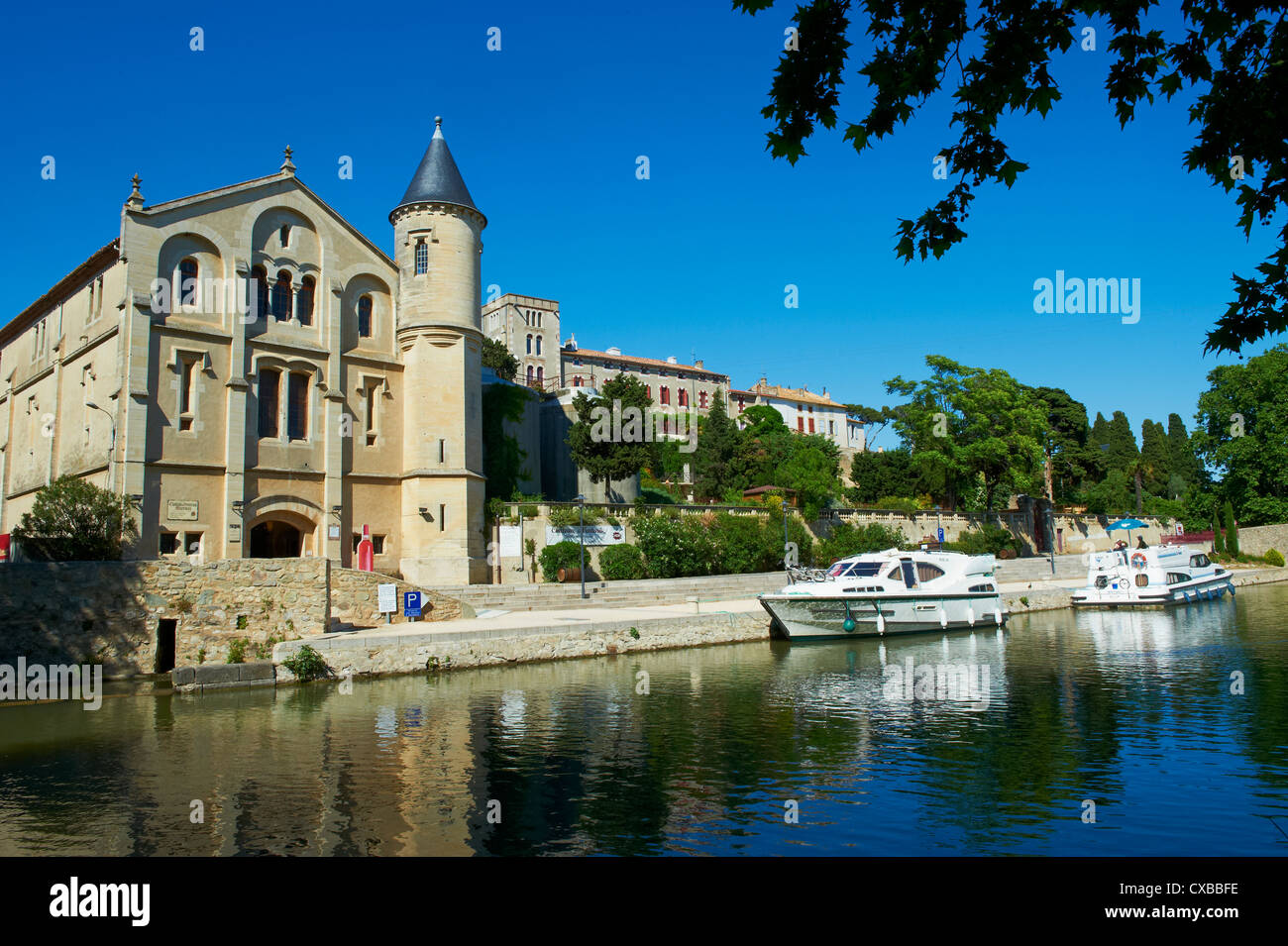 The castle of Ventenac-en-Minervois, Navigation on the Canal du Midi, Aude, Languedoc Roussillon, France - Stock Image