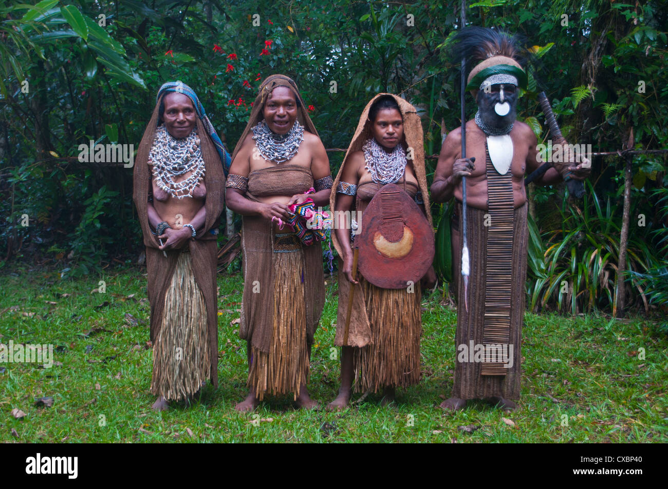 Tribal chief with his wives, Pajo, Highlands, Papua New Guinea, Pacific - Stock Image