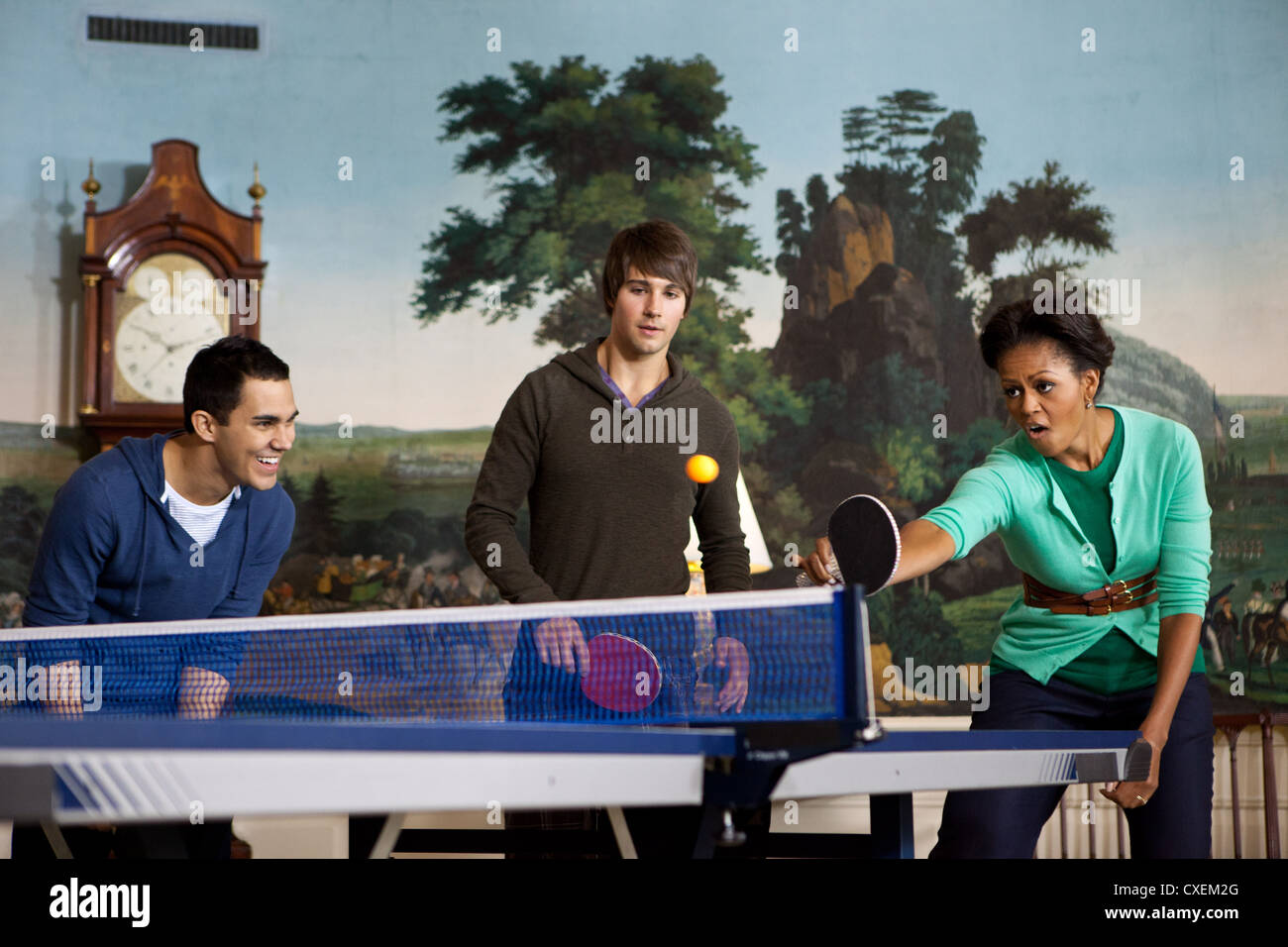 First Lady Michelle Obama plays table tennis with members of the band Big Time Rush September 24, 2011 in the Diplomatic - Stock Image
