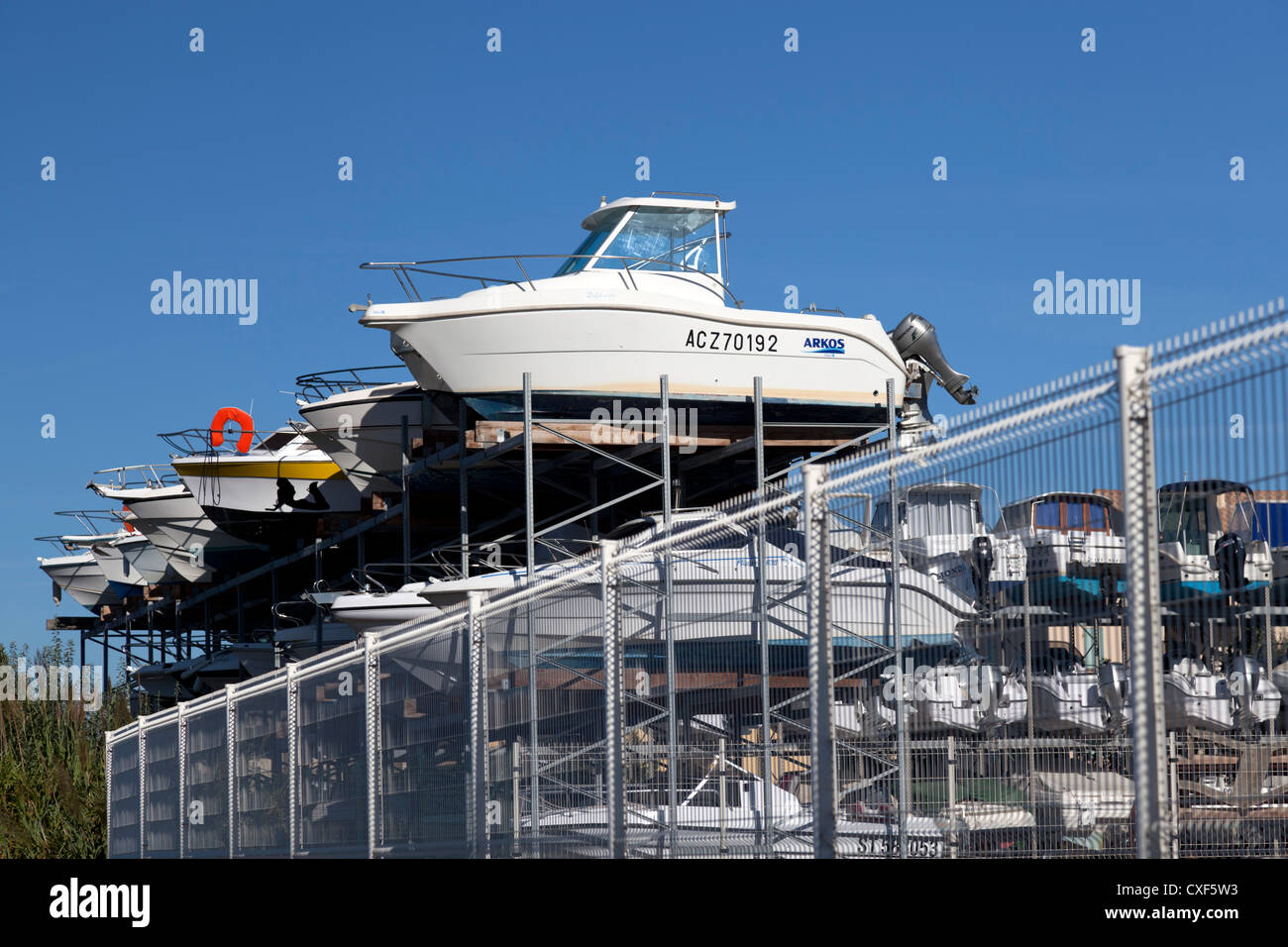 Outside speedboat wintering (boat winterizing), at Gruissan (Aude- France). Hivernage extérieur de bateaux - Stock Image