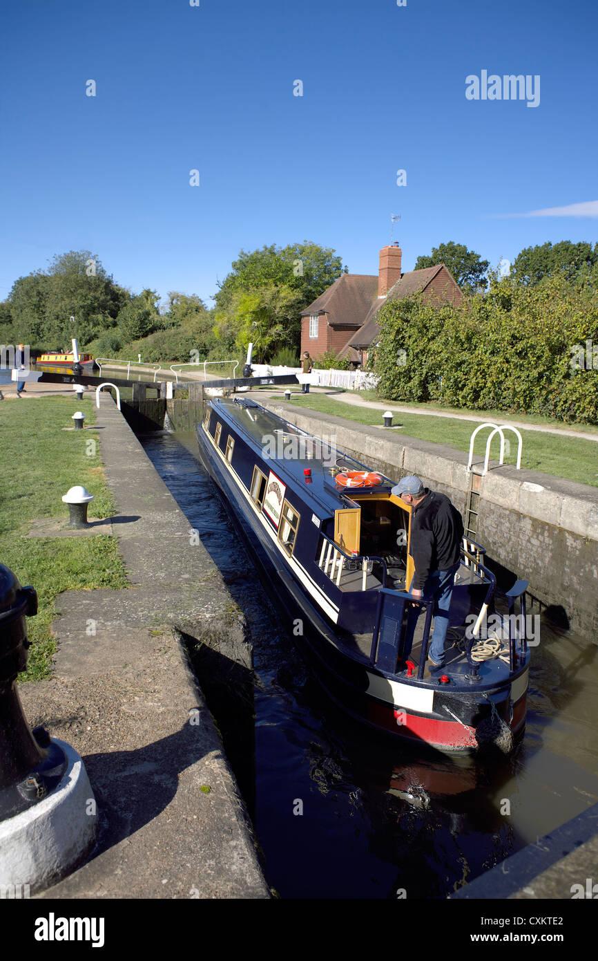 Narrowboat at Cape Locks, on the Grand Union Canal, Warwick, Warwickshire, UK, England, GB, British, English, inland, - Stock Image