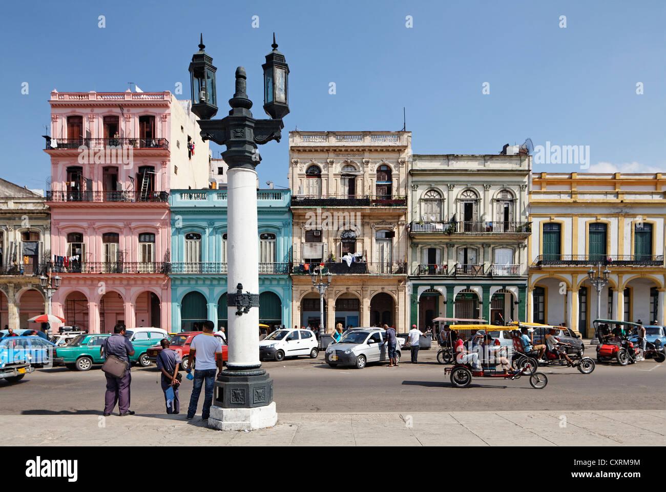 Street with row of houses, candelabra lantern, Villa San Cristobal de La Habana, old town, La Habana, Havana - Stock Image