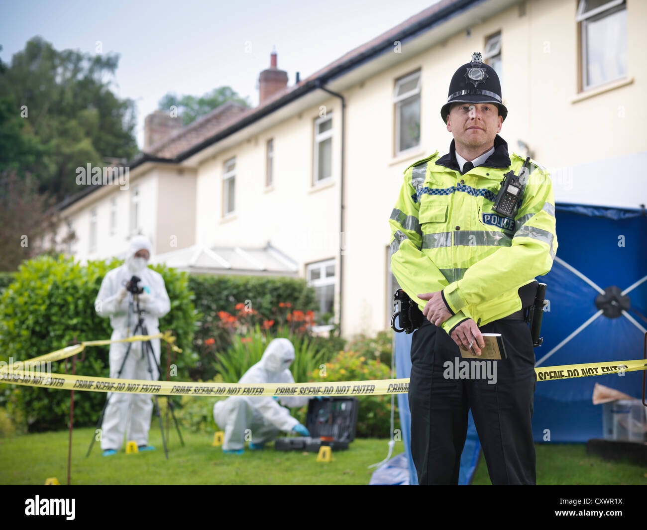 Policeman guarding forensic crime scene - Stock Image