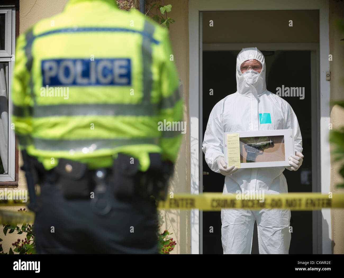 Forensic scientist at crime scene - Stock Image