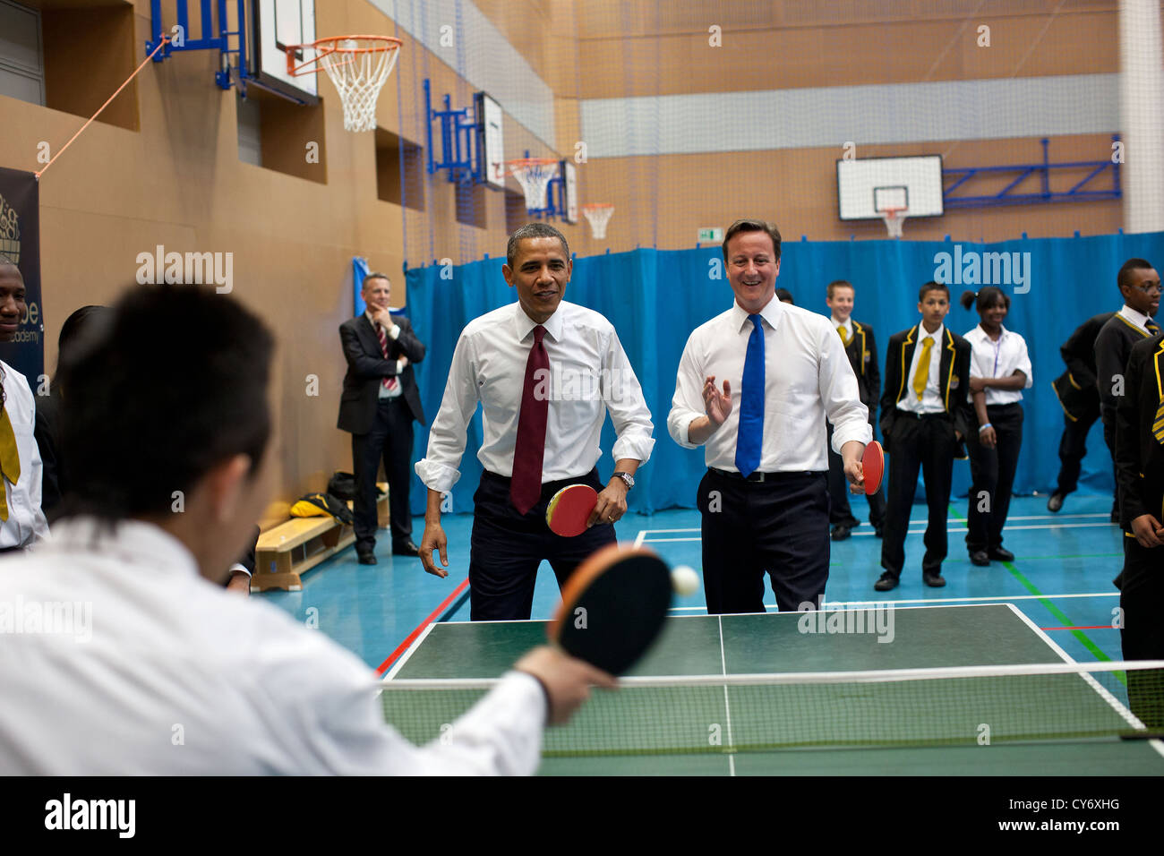 US President Barack Obama and British Prime Minister David Cameron play table tennis with students at Globe Academy - Stock Image