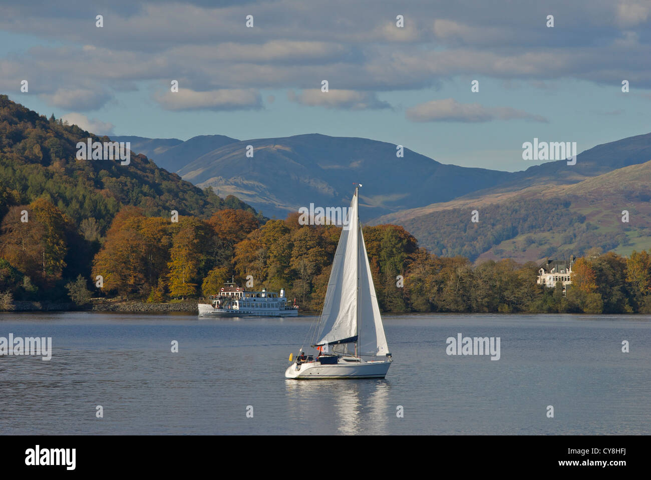 yacht-and-steamer-on-lake-windermere-lake-district-national-park-cumbria-CY8HFJ.jpg