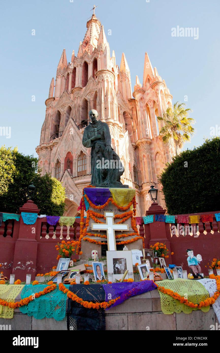 North America, Mexico, San Miguel de Allende, La Parroquia de San Miguel Church and Day of the Dead altar in El - Stock Image