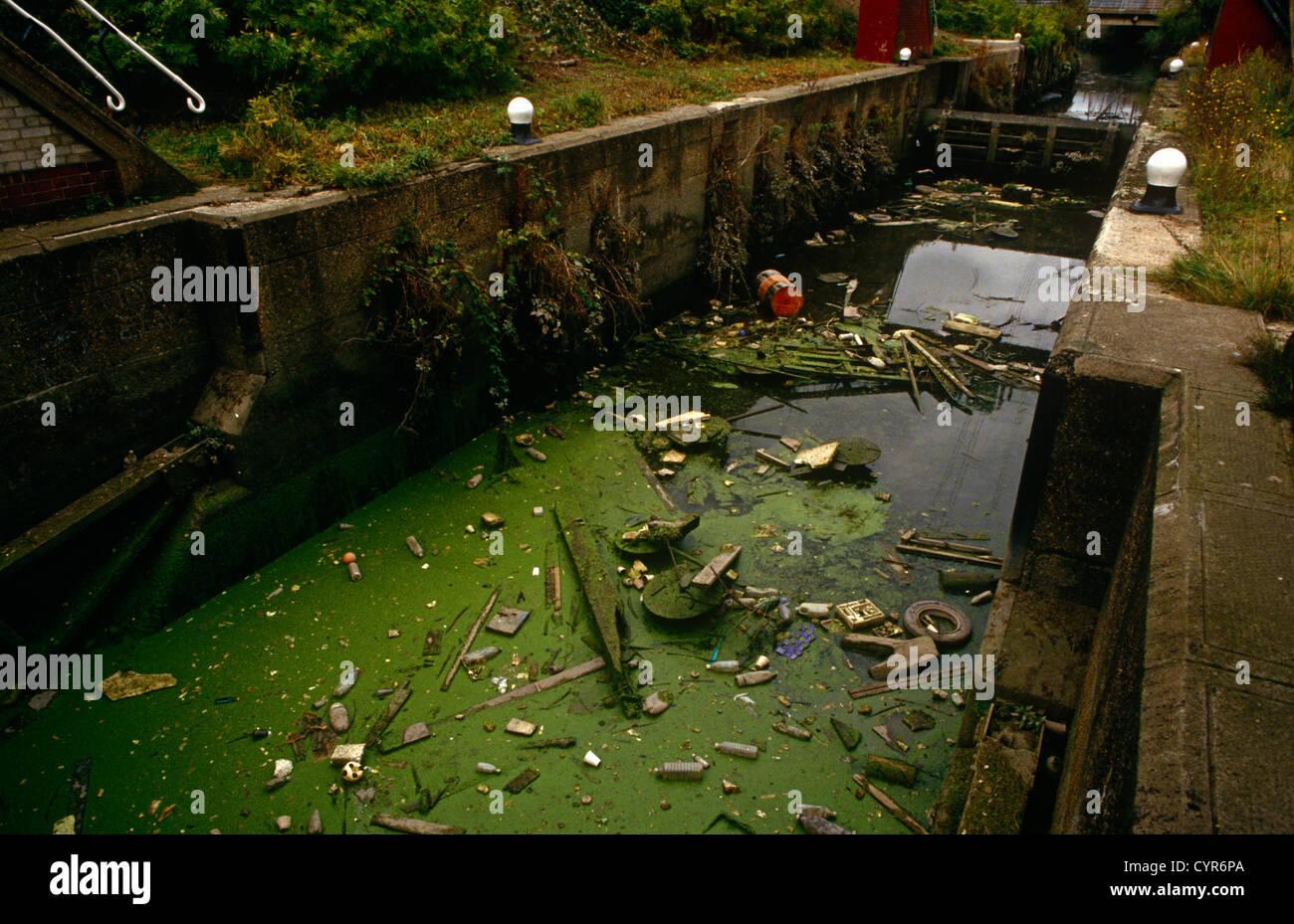 rubbish-and-litter-blocks-the-waterways-