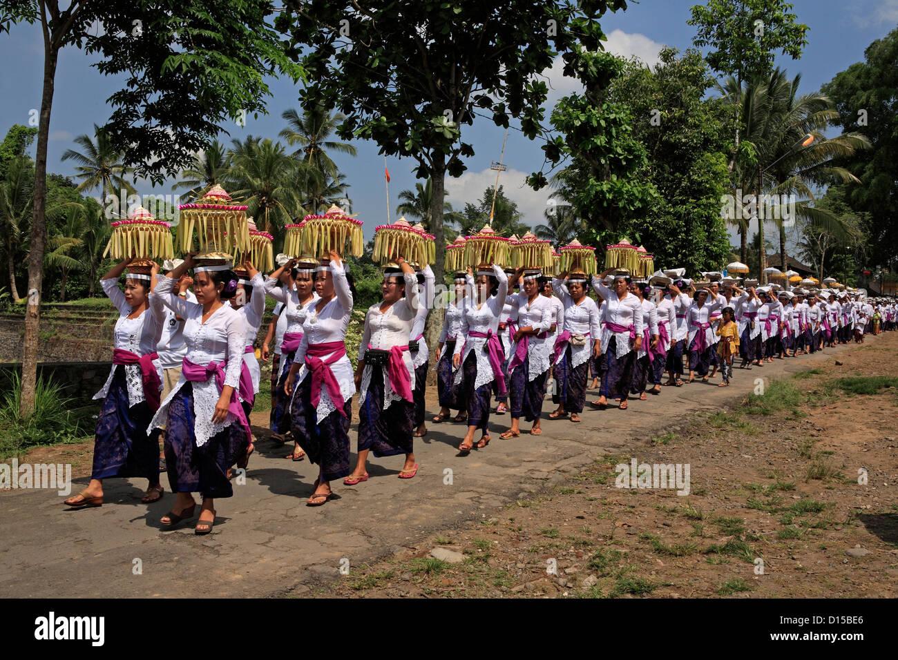 a-hindu-temple-procession-pura-dalem-tengaling-temple-near-ubud-bali-D15BE6.jpg