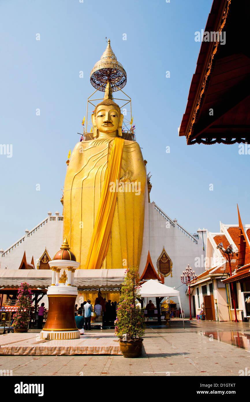 The 32 metre tall gold Buddha statue at Wat Intharawihan, (Temple of the Standing Buddha), Bangkok, Thailand, Southeast - Stock Image