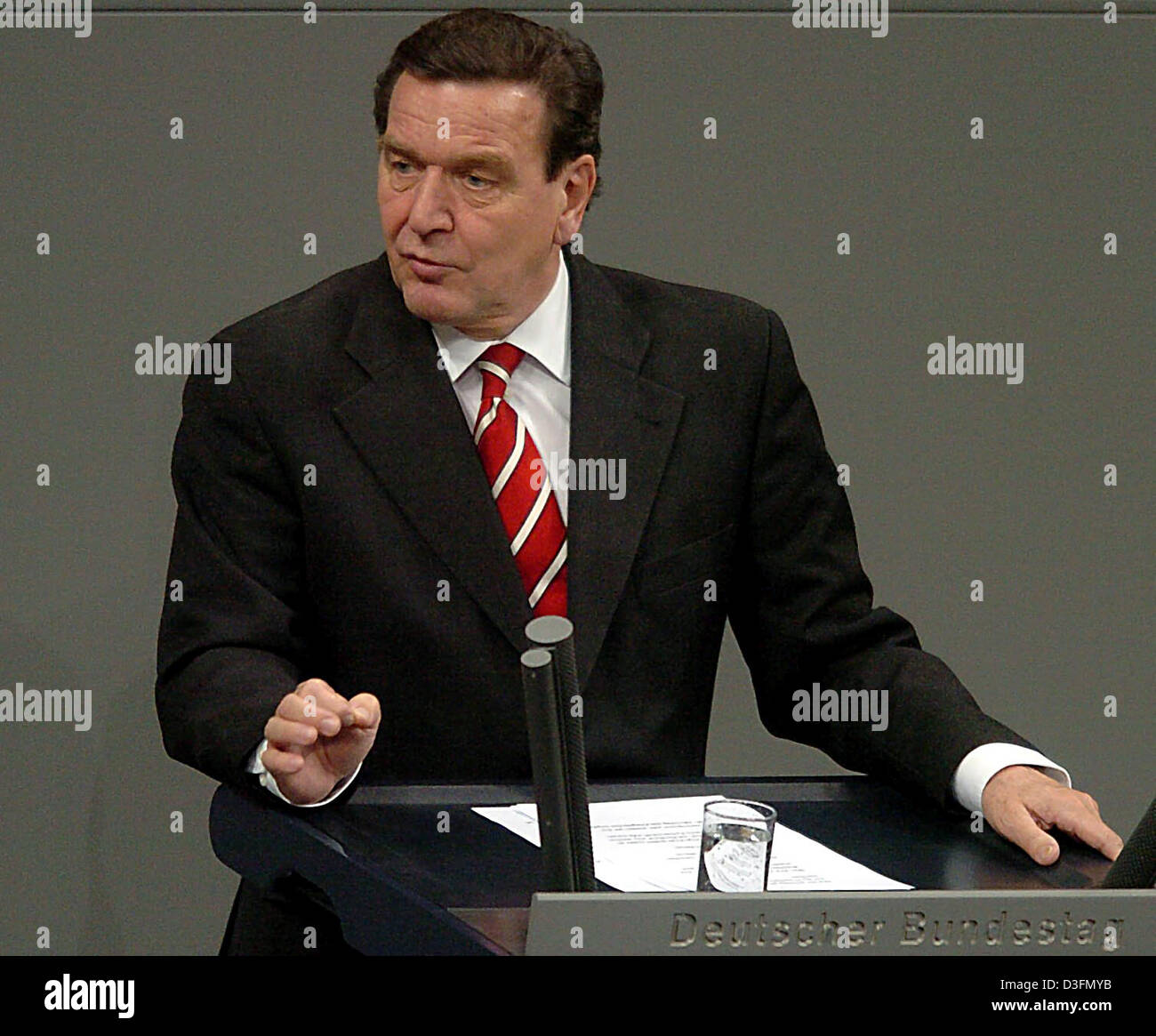 (dpa) - German Chancellor Gerhard Schroeder talks during the Ukraine debate at the Bundestag in Berlin, Germany, - Stock Image