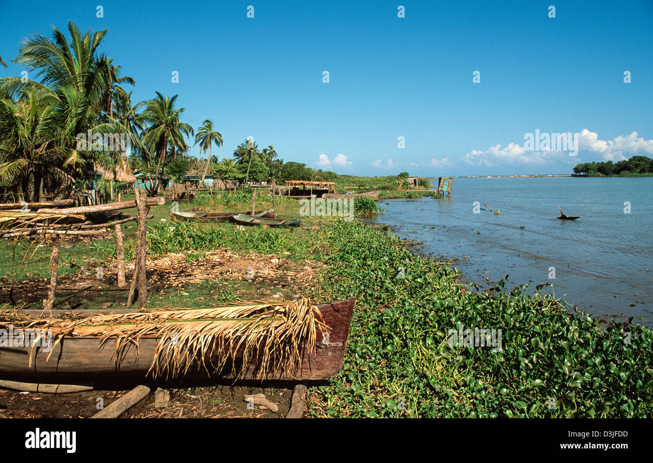 NOUVEAU Défi Zooom Monde B242 par okapi07 - Page 13 Traditional-fishing-canoes-belonging-to-the-garifuna-people-living-D3JFDD
