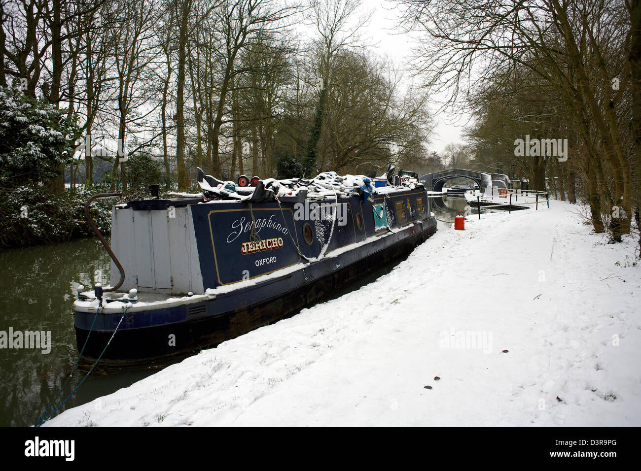 Winter on the South Oxford Canal City of Oxford Oxfordshire Oxon England boat narrowboat snow winter scene snow - Stock Image