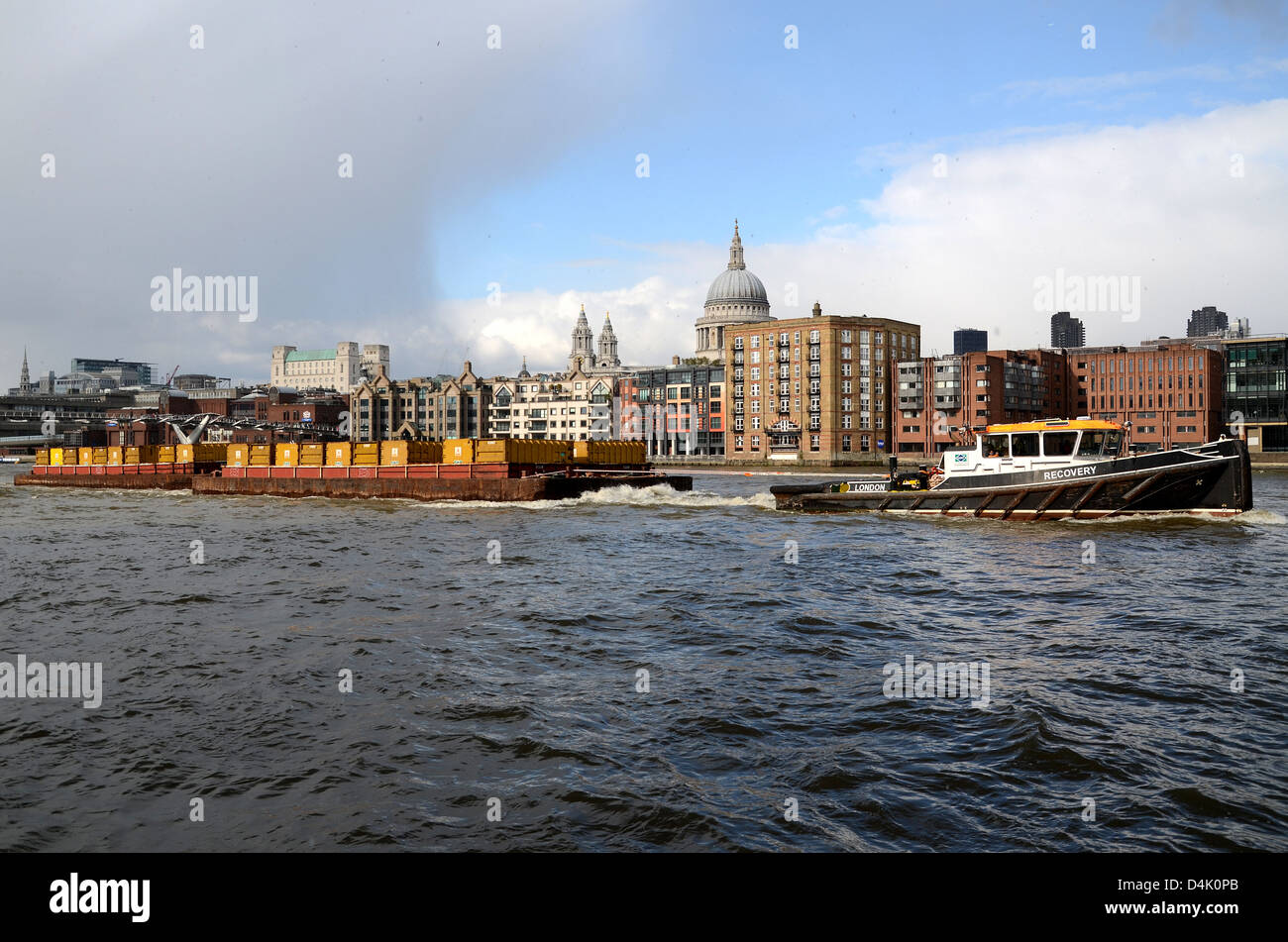 cory-environmental-tug-recovery-pulls-a-barge-on-the-river-thames-D4K0PB.jpg