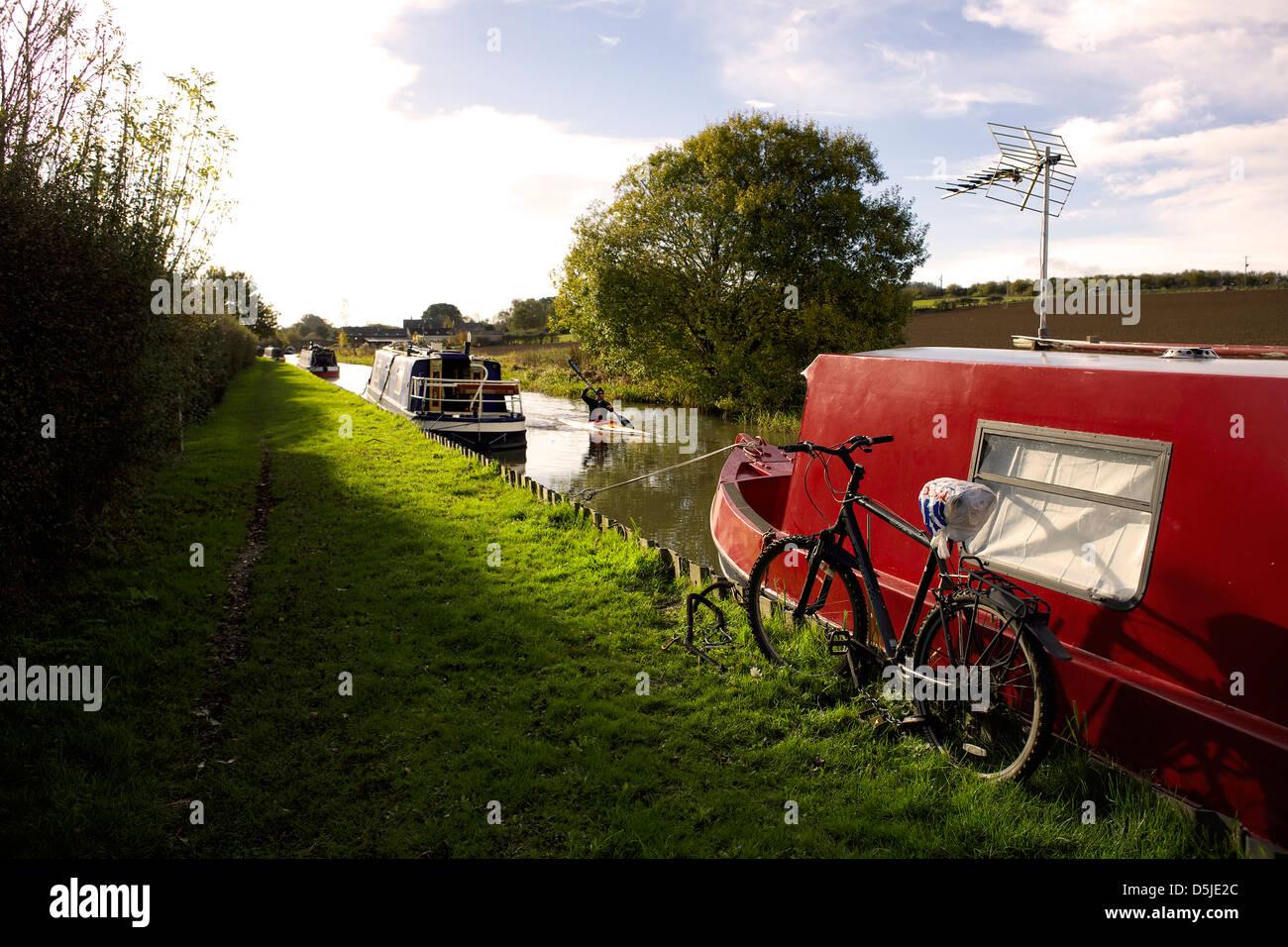 Oxford Canal near Aynho Oxfordshire Oxon England boat narrowboat narrowboats canoe kayak bike bicycle cycle canal - Stock Image