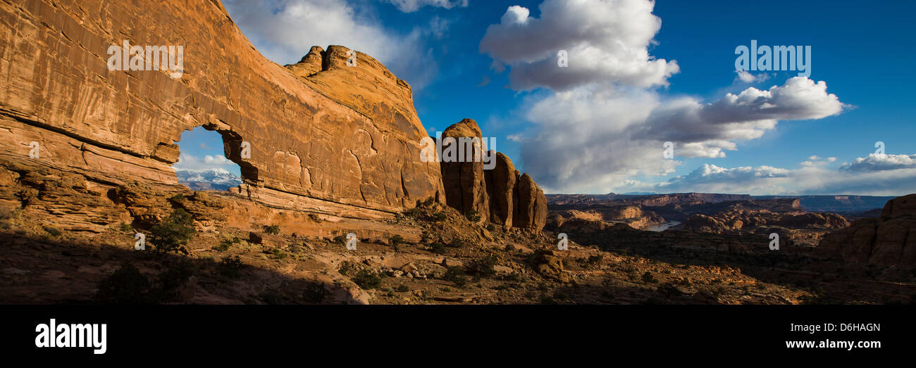 Jeep Arch in desert rock formations - Stock Image