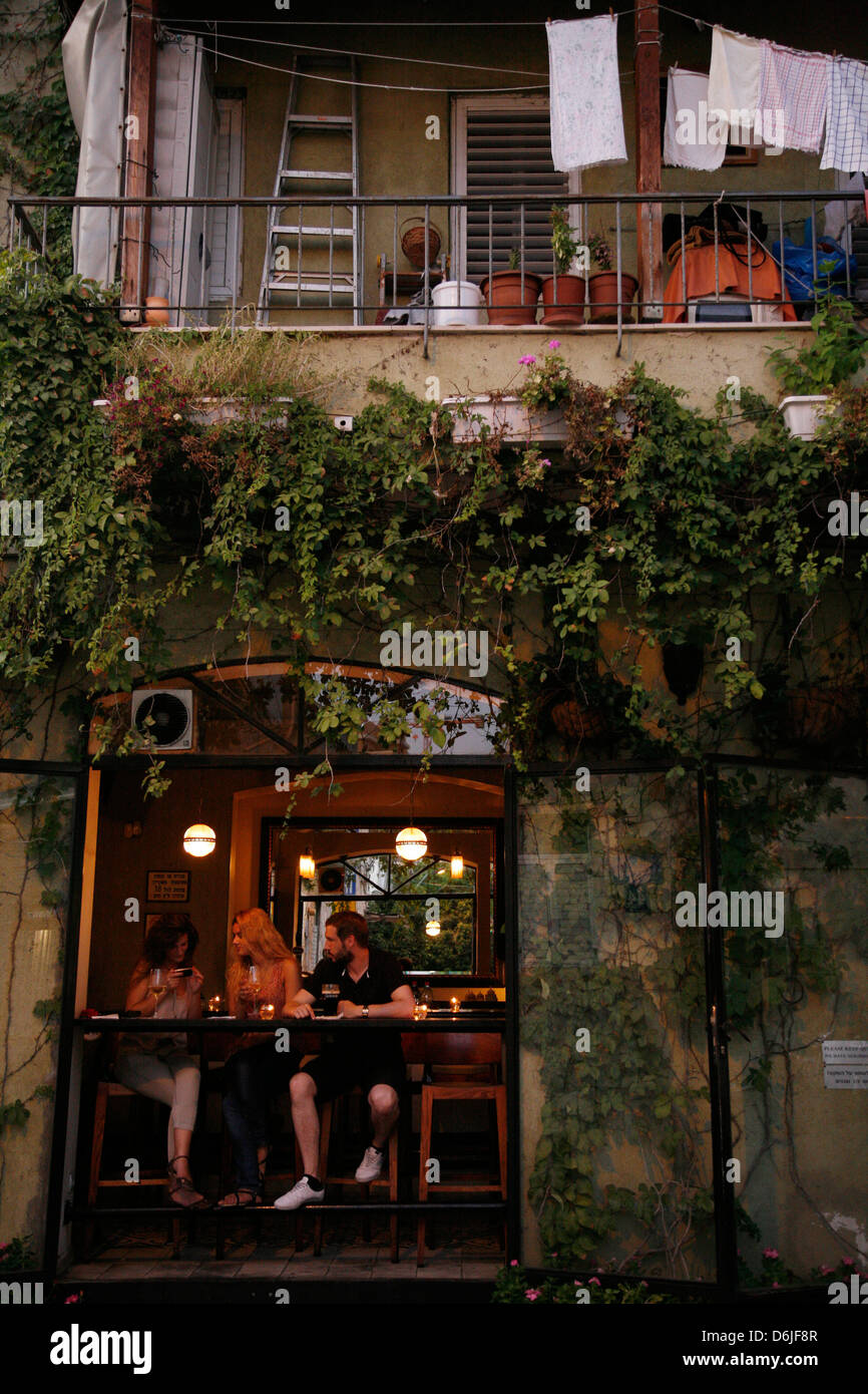 People sitting at a bar in the trendy Neve Tzedek neighbourhood, Tel Aviv, Israel, Middle East - Stock Image