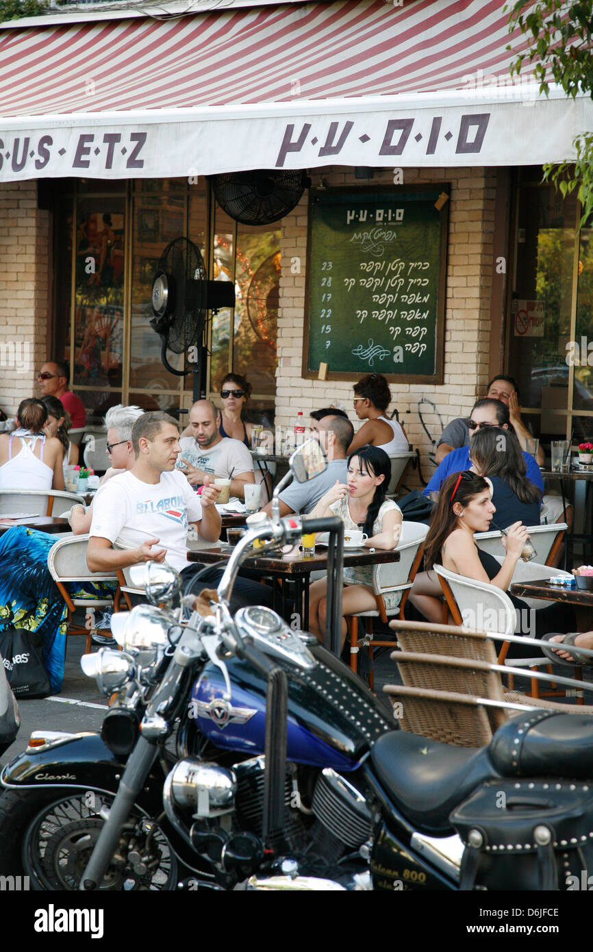 Young people sitting at Sus Etz Cafe in the trendy Sheinkin street, Tel Aviv, Israel, Middle East - Stock Image